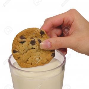 cookie aux fruits trempés dans le lait